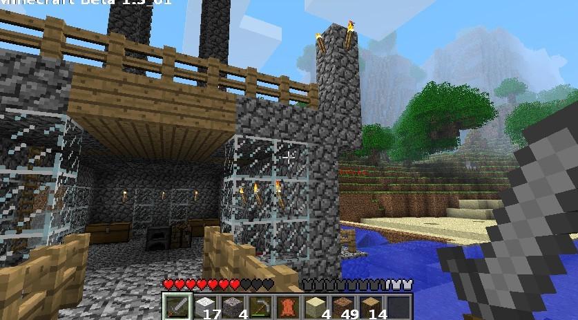 游戏简介: 一、基本玩法 《Minecraft》是一款带有生存冒险元素的建造类游戏。整个游戏世界由各种方块构成,玩家可以破坏它们,也可以用自己的方块随意建造东西。为了在游戏里生存和发展,玩家需要通过伐木、挖矿、捕猎等方式获取资源,并通过合成系统打造武器和工具(这方面和《牧场物语》有些类似)。随着游戏的进行,玩家自立更生,逐渐建造出一个自己的家园。 二、游戏目的 《Minecraft》没有边界(地图会动态增长),没有结局,也没有等级和分数。虽然有怪物等危险,不过在游戏中生存下去通常并不难。即便死亡,玩家也能